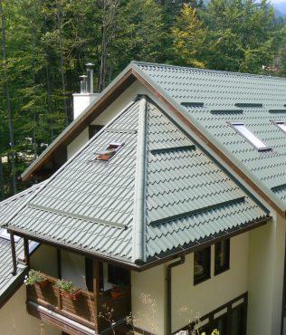 къща с висок покрив